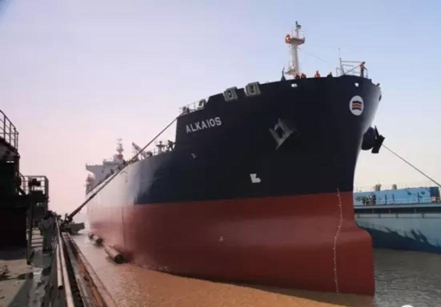 航拍宁波三星重工整船下水引航作业
