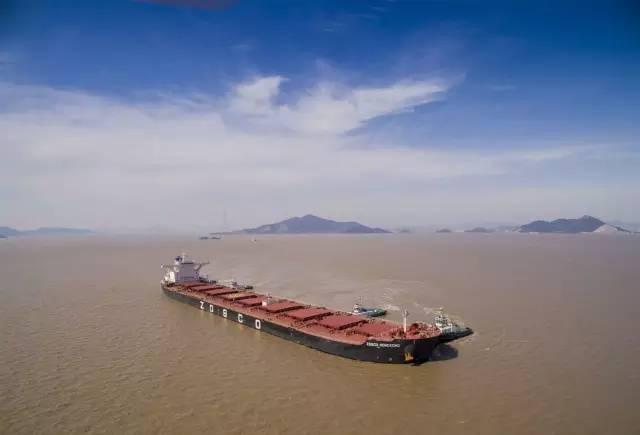 航拍大型矿砂船靠泊宁波舟山港全过程