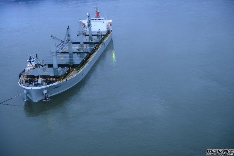 一艘散货船在哥伦比亚河搁浅后侧倾