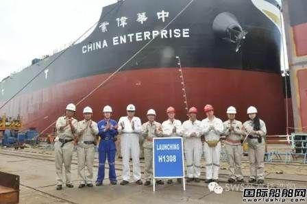 外高桥造船完成两船出坞