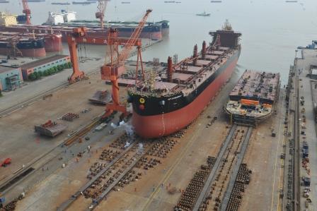 新扬子造船一艘81100吨散货船下水