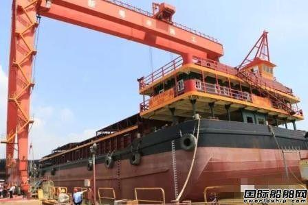 新粤丰海工一艘4500吨运输驳船下水