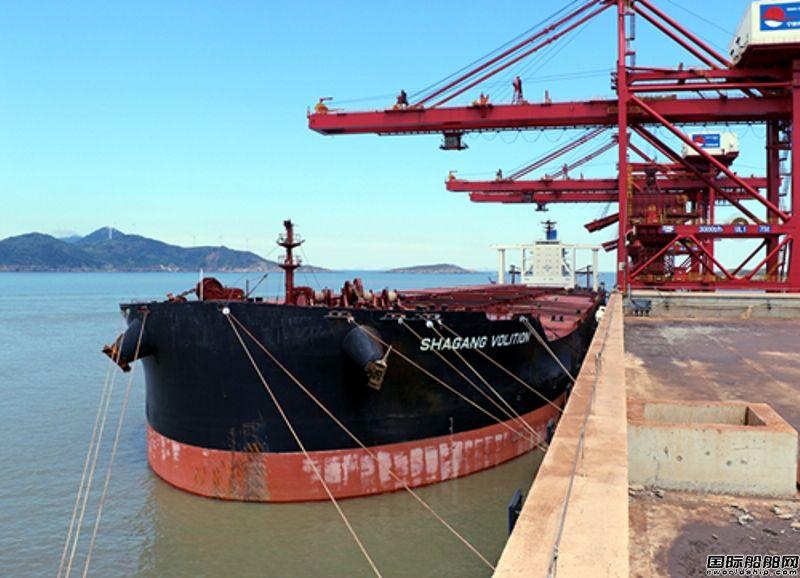 首艘VLOC靠泊鼠浪湖矿石中转码头