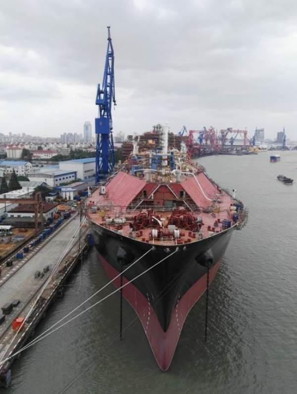 沪东中华2艘LNG船同日出坞