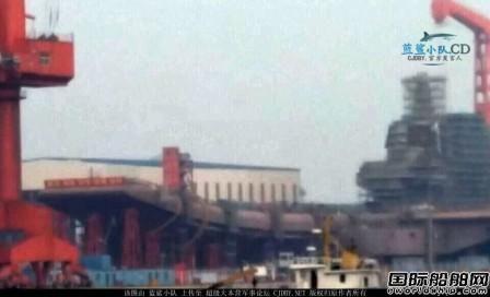 国产航母最新进展正刷红色防锈底漆