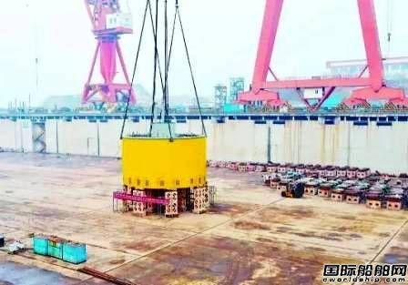 青岛武船建造世界最大深海养殖渔场进坞铺底