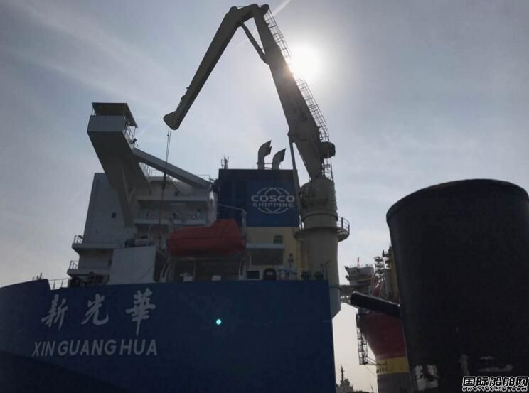 """中国最大半潜船完成""""希望6号""""平台装载"""