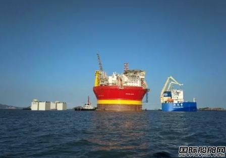 中国最大半潜船装载希望6号创双纪录
