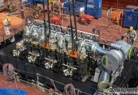 沪东中华13000吨重吊首制船主机吊装成功