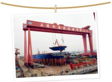 """外高桥造船2万箱船首制船""""双喜临门"""""""