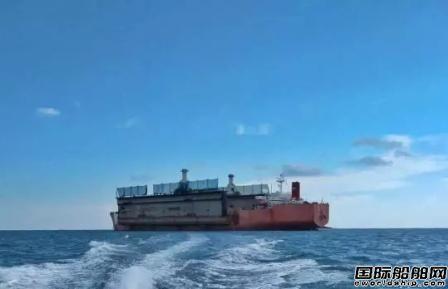 """""""振华15""""轮成功运载老旧浮船坞"""