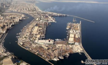 一艘成品油船在哈姆利亚港着火