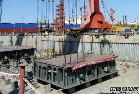 外高桥造船首制40万吨VLOC船分段下坞