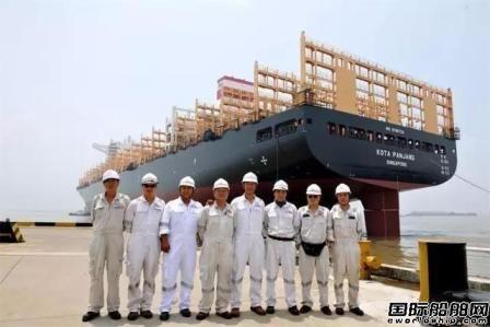 扬子鑫福两艘11800TEU集装箱船出坞