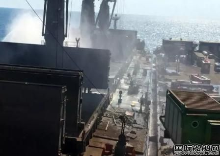 日本邮船散货船卸货时货舱突发大火