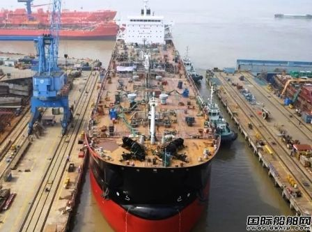 中航鼎衡37000吨沥青船2#船下水
