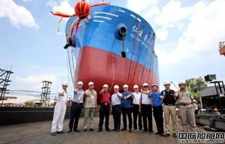 厦船重工首制2400TEU集装箱船下水