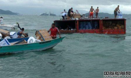 一艘锚泊集装箱船大量集装箱落水