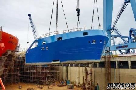 中航鼎衡16300吨化学品船首制船艏部分段完成吊装