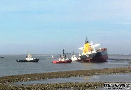 一艘油船与散货船碰撞后搁浅