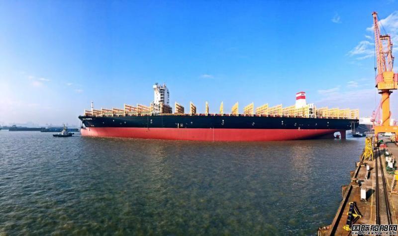 新扬子造船一艘11800TEU集装箱船出坞