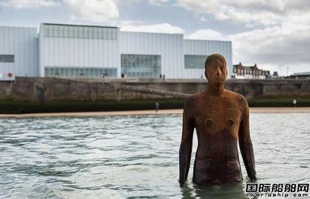 英国一货船满载碎玻璃搁浅险撞上著名雕像