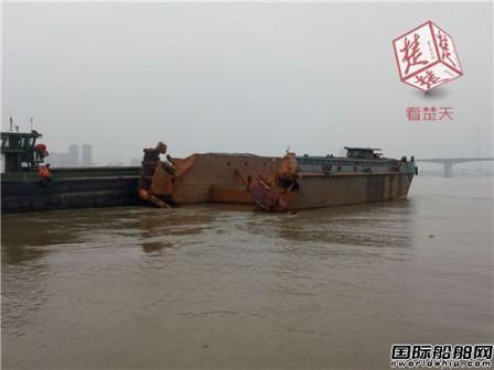 一艘报废船撞翻货船险撞上大桥