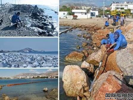 """希腊清理""""AGIA ZONI II""""号沉船漏油海滩"""