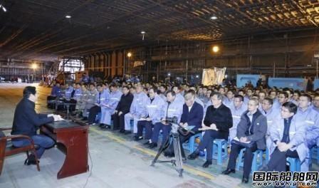 胡问鸣在首艘国产航母工程现场做宣讲