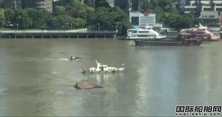 黄浦江上一船翻扣2人被救1人失踪