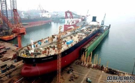 大连中远船务11.3万载重吨原油轮二号船出坞