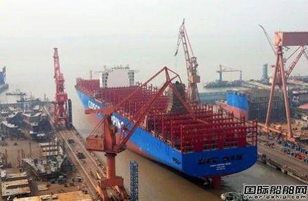 沪东中华13500TEU集装箱船首制船出坞