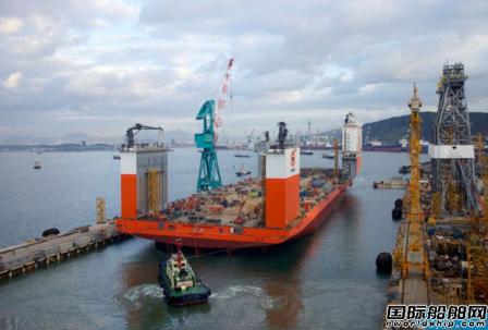 世界首艘半潜式起重船成功卸载靠泊舟山港