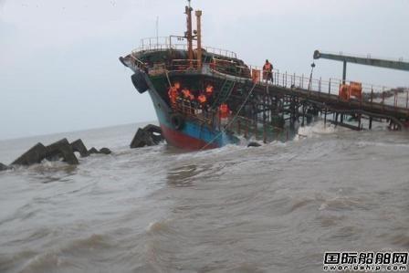 一艘油船长江口搁浅9名船员全部获救