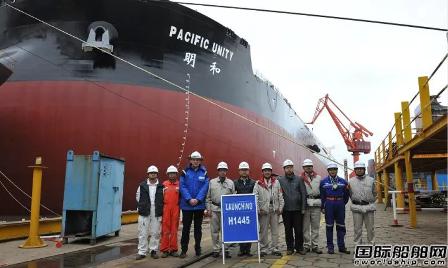 外高桥造船首制40万吨矿砂船顺利出坞