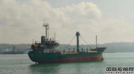 一艘杂货船在印度尼西亚沉没