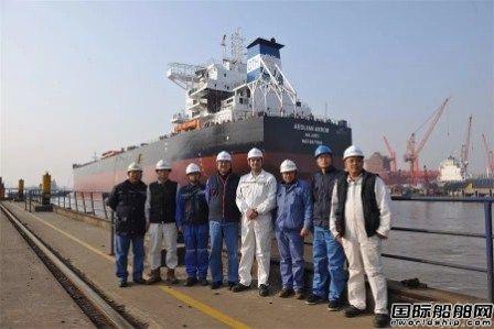扬子江船业一艘82000吨散货船出坞