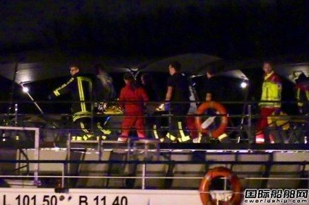 瑞士一艘游船莱茵河撞上桥墩27人受伤