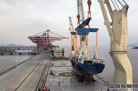中远海运特运大庆轮顺利吊装405吨渔船