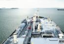 一艘超大型液化气船与锚泊油船相撞