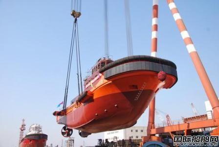 镇江船厂一天两艘船顺利吊装下水