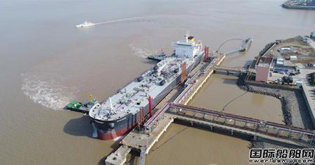 世界最大吨位沥青船停靠北仑港鑫东方码头