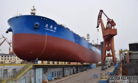 大船集团第三艘7.2万吨成品油船顺利下水