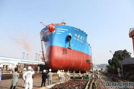厦船重工一艘2400TEU集装箱船顺利下水