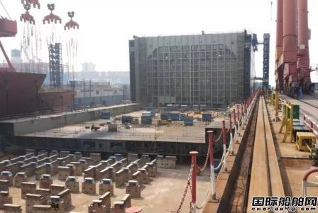 长兴造船13500箱船8号船入坞