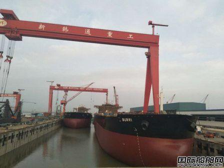 韩通船舶重工两艘114000吨油轮同日出坞