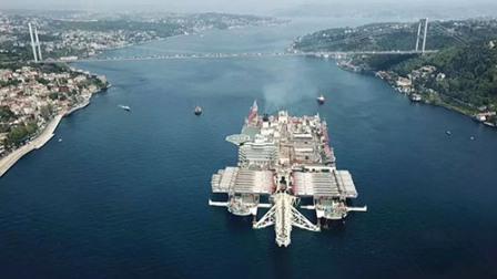 世界最大船舶通过博斯普鲁斯海峡