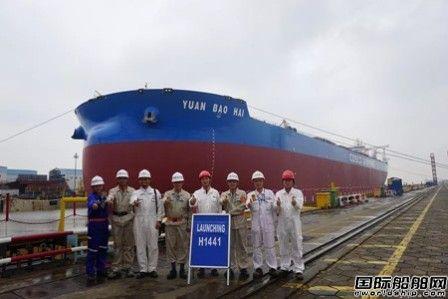外高桥造船第4艘40万吨矿砂船顺利出坞