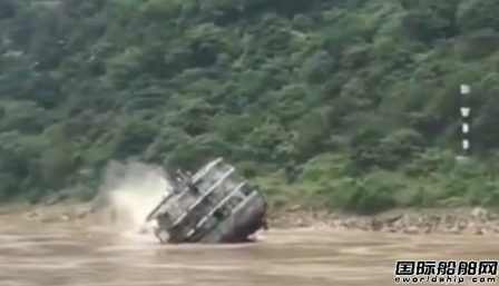一艘货船在长江水域触礁翻覆7人全部获救