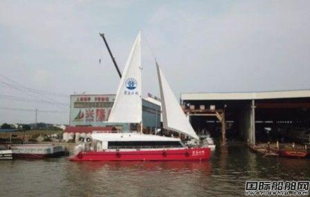 国内首艘油电混合动力游船试航成功